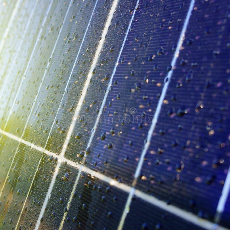 Textura de escuro - painel solar azul com gotas da água imagem de stock