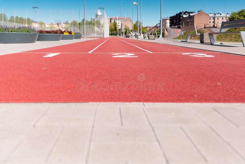 Textura de funcionamiento de la pista con números del carril en el estadio de la ciudad fotos de archivo libres de regalías