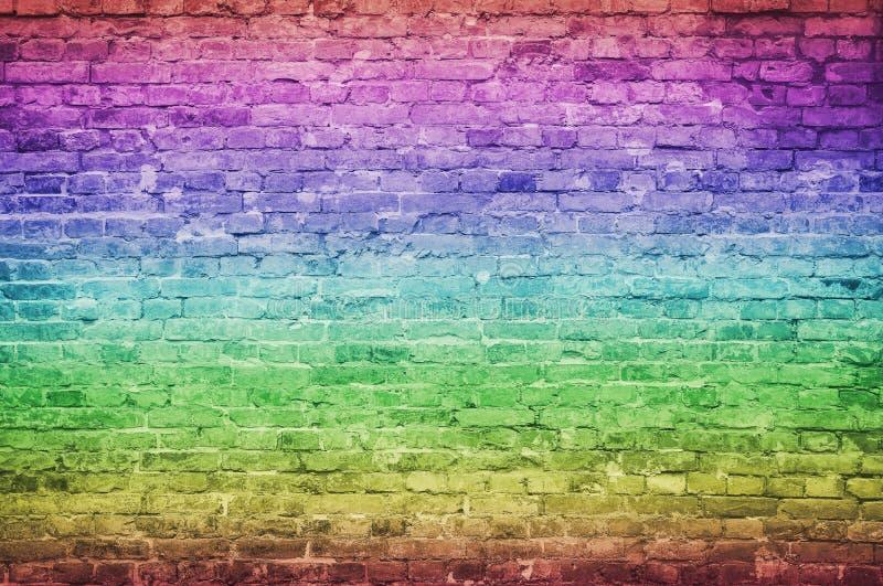 Textura de fundo antiga da vinheta e do tijolo vermelho esticado, com arranhões e fissuras, efeito dos gradientes do arco-íris foto de stock