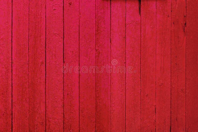 Textura de fundo de madeira russa vermelha com pistas de cor rosa fotos de stock