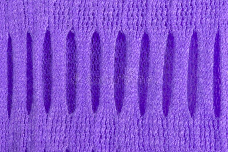 Textura de lã feita malha com o tracery holey bonito do ultravioleta para fundos abstratos do teste padrão fotos de stock