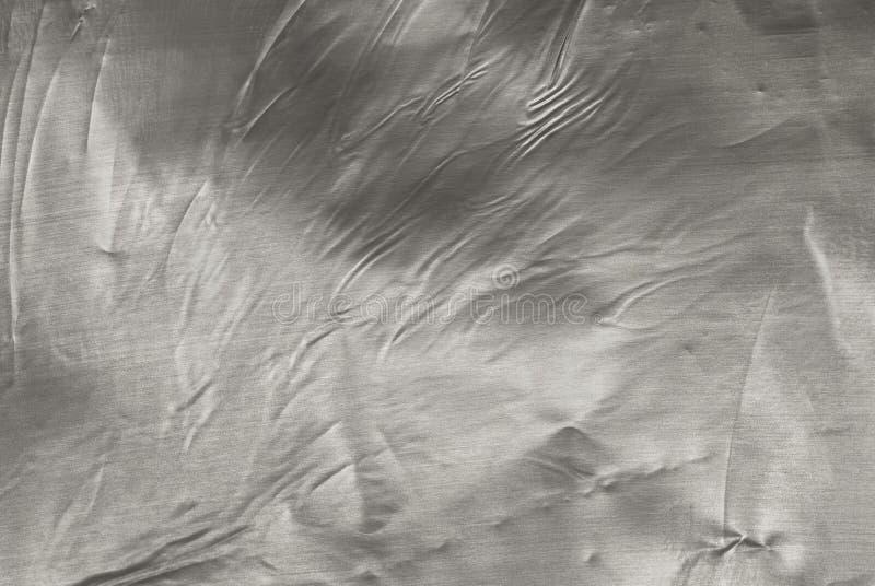 Textura de la hoja de metal gris plateada arrugada con el primer de las abolladuras fotografía de archivo