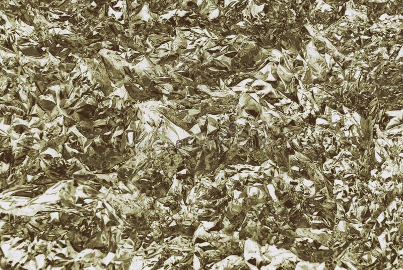 Textura de la hoja de metal gris plateada arrugada con el primer de las abolladuras fotografía de archivo libre de regalías