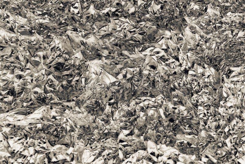 Textura de la inversión de la hoja de metal gris plateada arrugada con el primer de las abolladuras imagen de archivo