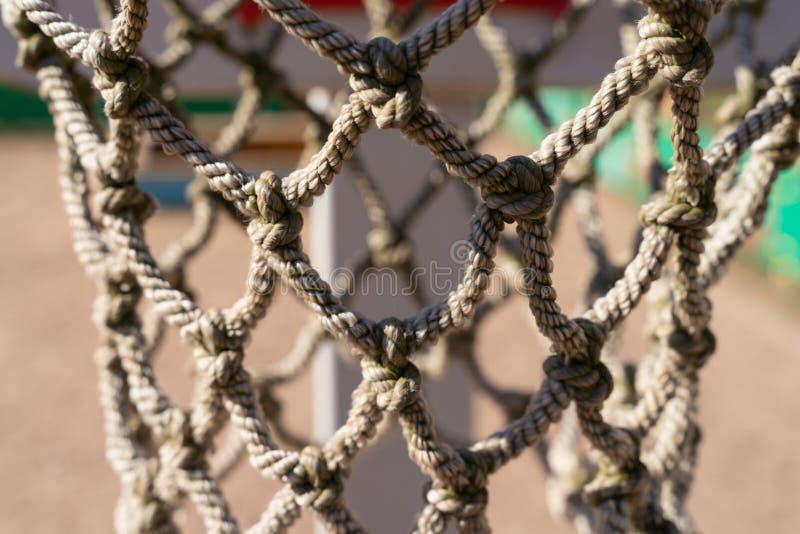 Textura de la malla de la cuerda con el primer de los nudos red del aro de baloncesto fotografía de archivo libre de regalías