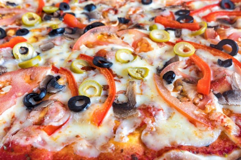 Textura de la pizza vegetariana Verduras y aceitunas cocidas Fondo trasero fotografía de archivo libre de regalías