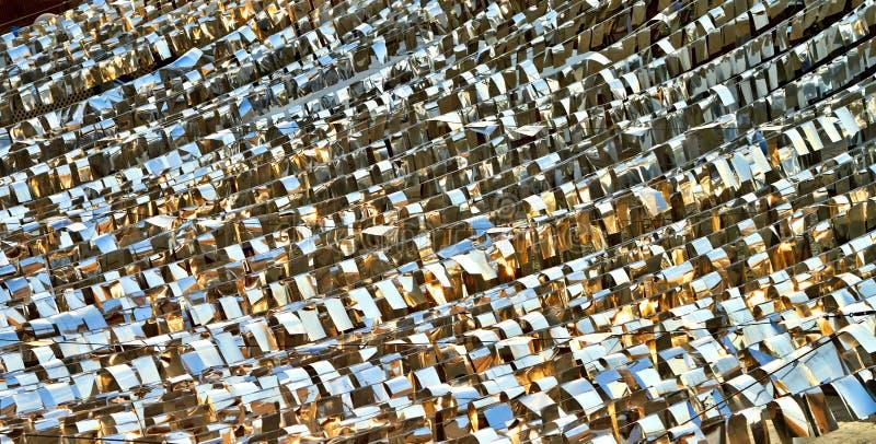 Textura de la plata con las banderas del oro que igualan la reflexión del sol en la puesta del sol imagen de archivo libre de regalías