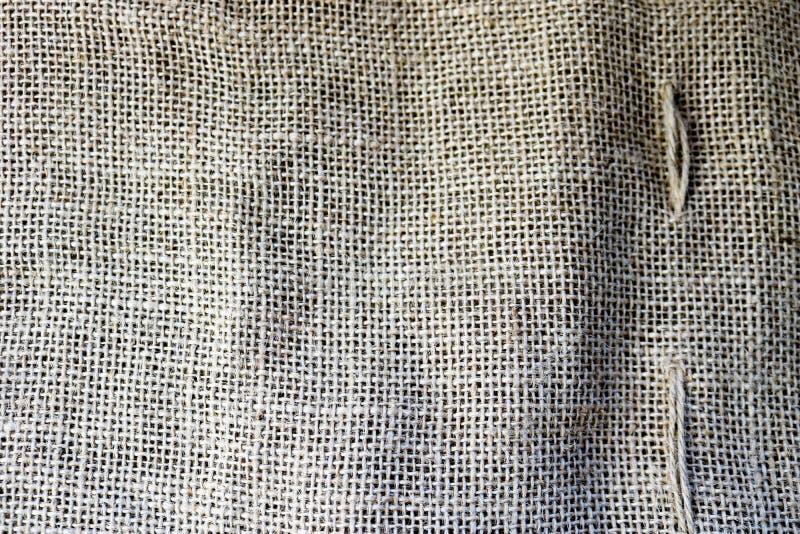 Textura de la vieja lona marrón, material natural de lino con un entrelazamiento perpendicular grueso de las fibras de la tela fotografía de archivo libre de regalías