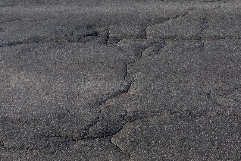 Textura de las grietas en el asfalto imagen de archivo