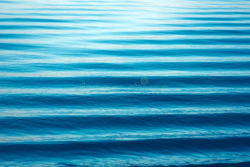 Textura de las ondas de agua Paisaje minimalista del lago hermoso, Ondas azules, líneas del horizonte en el agua Lugar para el te fotos de archivo