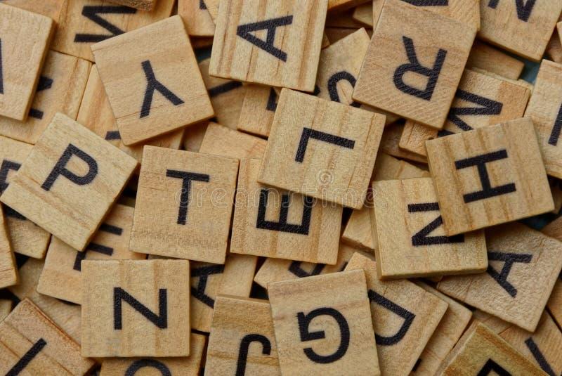 Textura de letras de madeira pequenas em um montão fotografia de stock