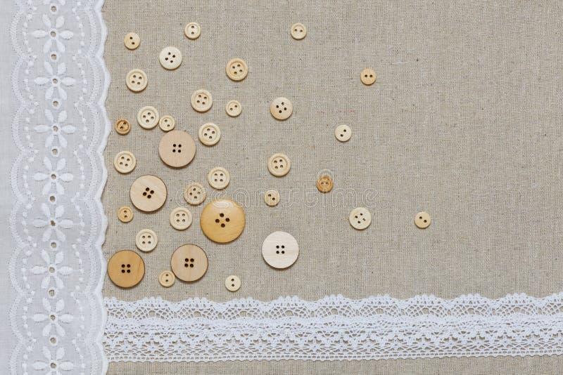 Textura de linho natural com laço e os botões brancos imagem de stock