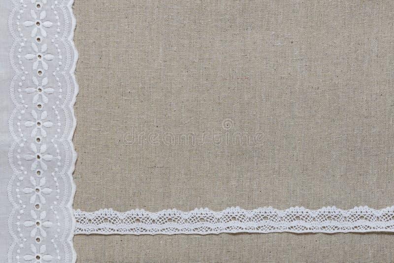 Textura de lino natural con el cordón y la cinta blancos imágenes de archivo libres de regalías