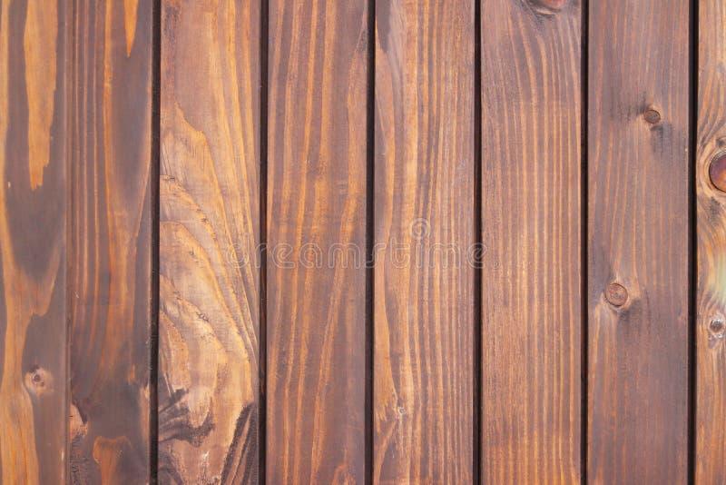 Textura de los tablones de madera naturales localizados verticalmente Fondo en sombras del marrón Paisaje y diseño interior de cu imagen de archivo libre de regalías