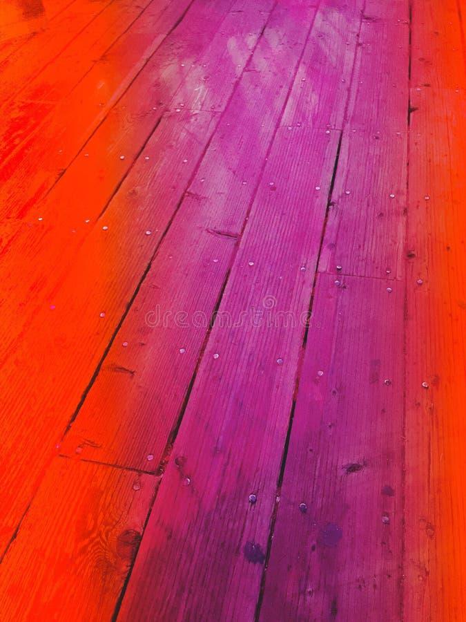 A textura de madeira banhou-se na luz vermelha e roxa fotos de stock