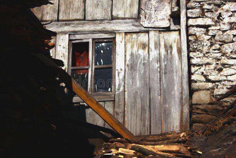 A textura de madeira e de pedra derramou a parede com uma janela imagem de stock royalty free