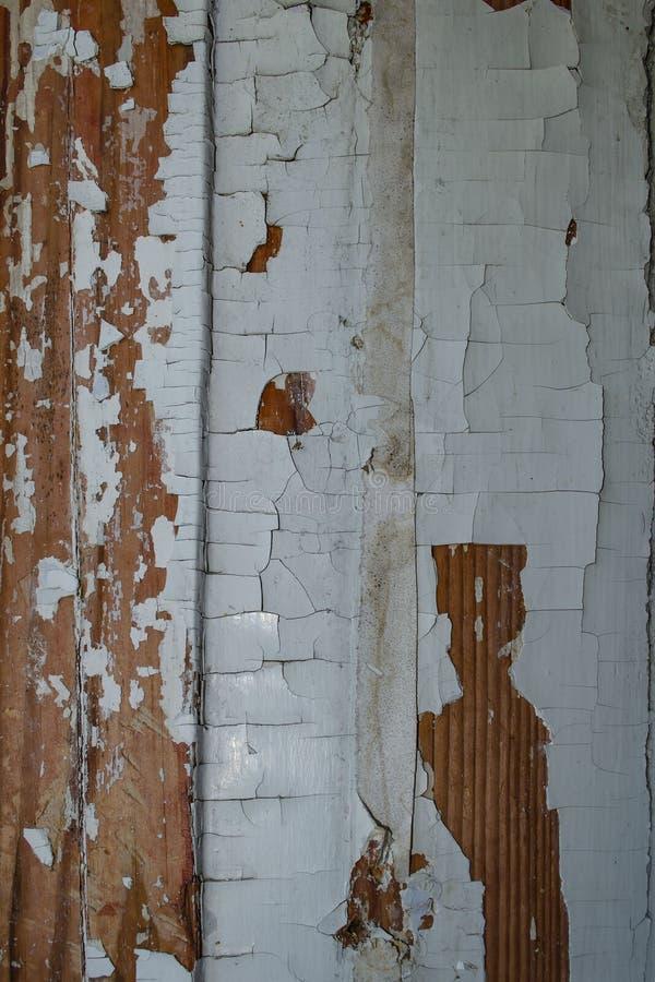 Textura de madeira resistida velha com descascamento da pintura branca Fundo do Grunge fotos de stock