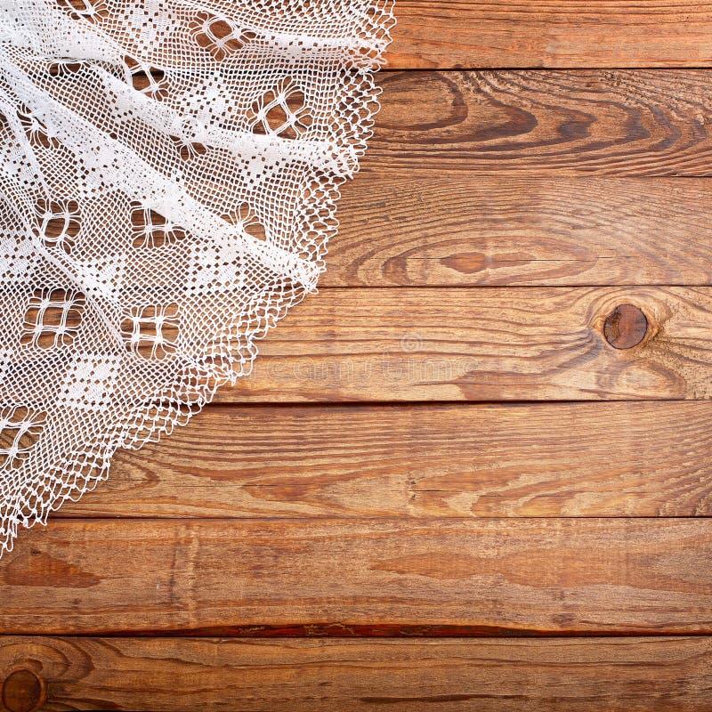 Textura de madeira, tabela de madeira com opinião superior da toalha de mesa branca do laço fotografia de stock royalty free