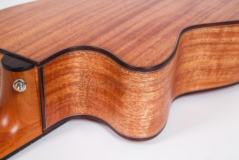 Textura de madeira de uma mais baixa plataforma de seis guitarra acústicas das cordas no fundo branco Forma da guitarra imagem de stock
