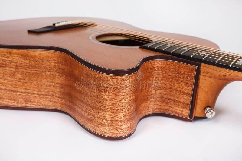 Textura de madeira de uma mais baixa plataforma de seis guitarra acústicas das cordas no fundo branco Forma da guitarra fotografia de stock royalty free