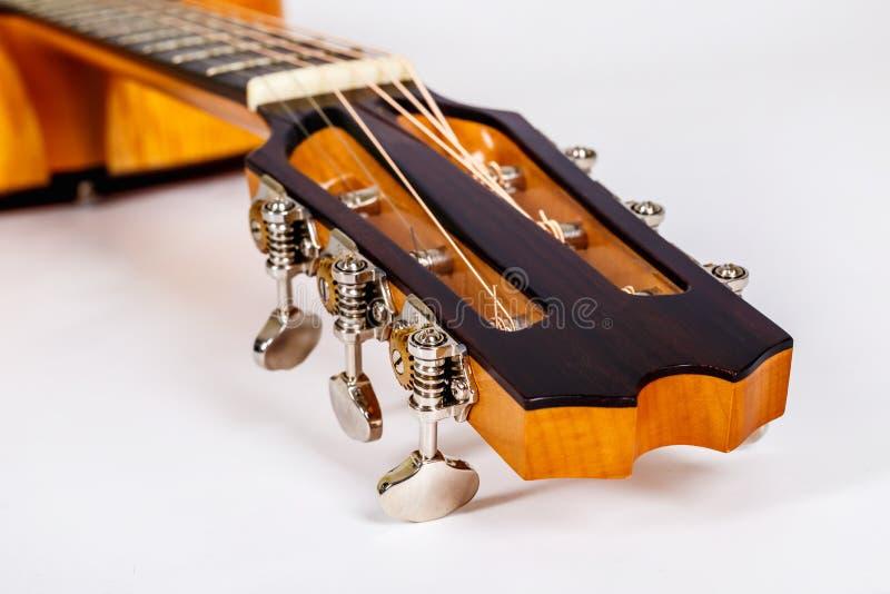 Textura de madeira de uma mais baixa plataforma de seis guitarra acústicas das cordas no fundo branco Forma da guitarra fotografia de stock