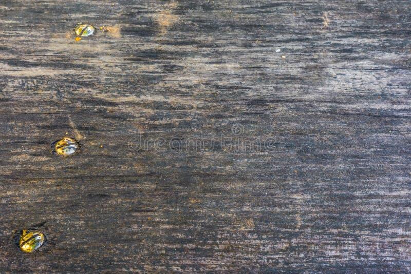 A textura de madeira velha com testes padrões e quebras naturais na superfície como o fundo Escureça do centro foto de stock royalty free