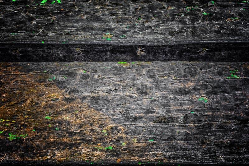 A textura de madeira velha com testes padrões e quebras naturais na superfície como o fundo Escureça do centro imagens de stock royalty free