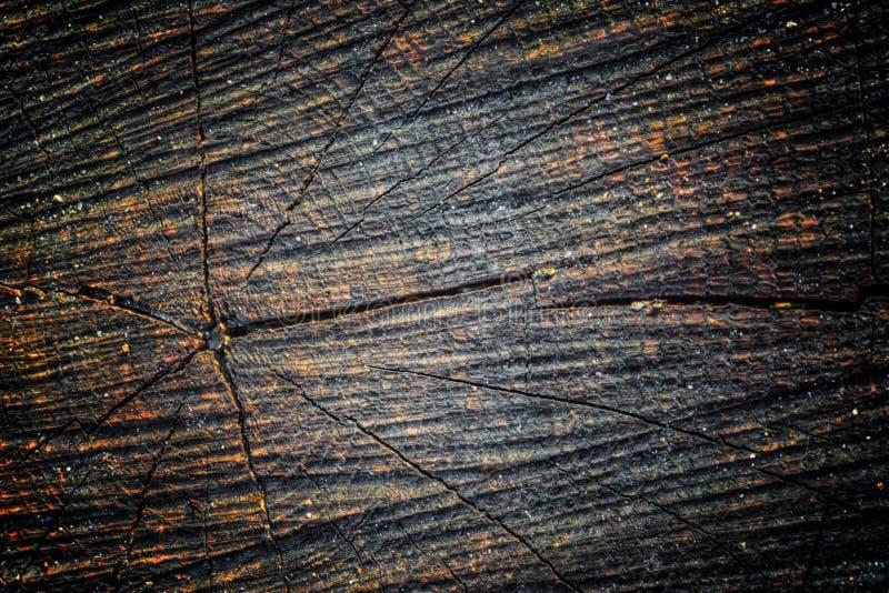 A textura de madeira velha com testes padrões e quebras naturais na superfície como o fundo Escureça do centro fotos de stock royalty free