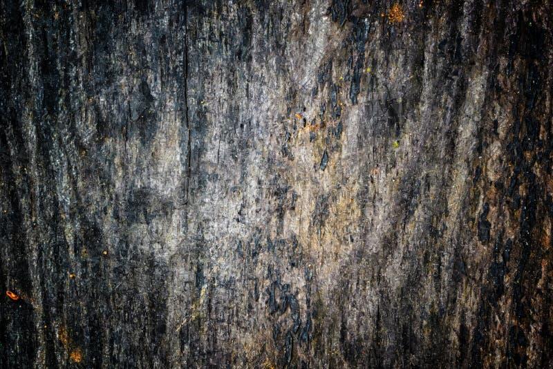 A textura de madeira velha com testes padrões e quebras naturais na superfície como o fundo Escureça do centro fotos de stock