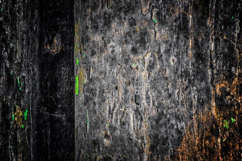 A textura de madeira velha com testes padrões e quebras naturais na superfície como o fundo Escureça do centro imagem de stock