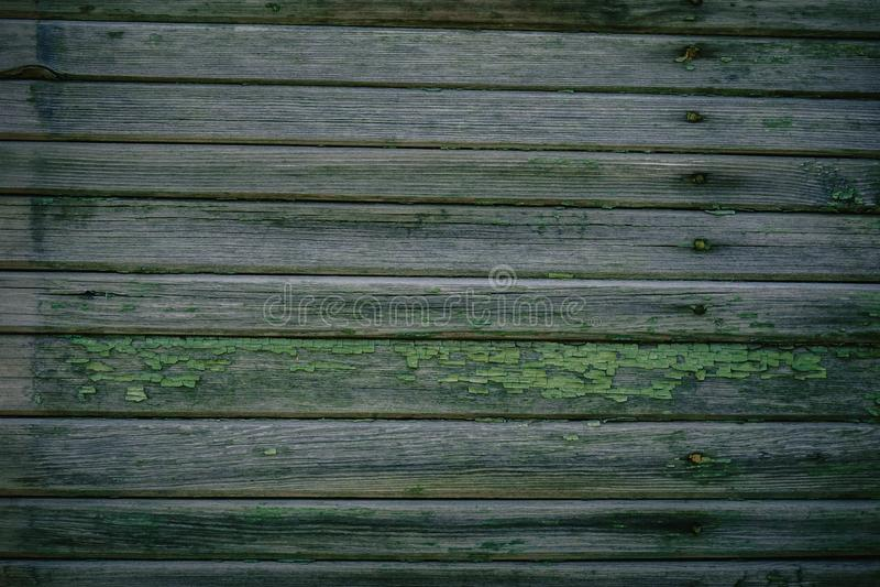 Textura de madeira verde como a cerca de desmoronamento velha do fundo fotos de stock