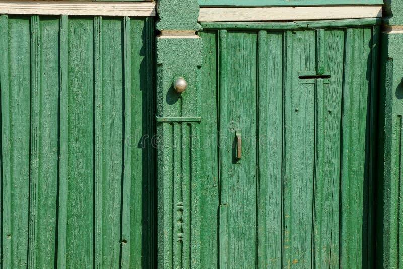 Textura de madeira verde das placas nas portas velhas e na cerca imagem de stock
