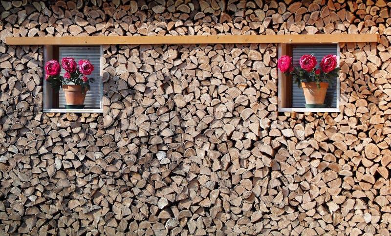 Textura de madera de la pila con dos macetas púrpuras decorativas en su borde imagen de archivo