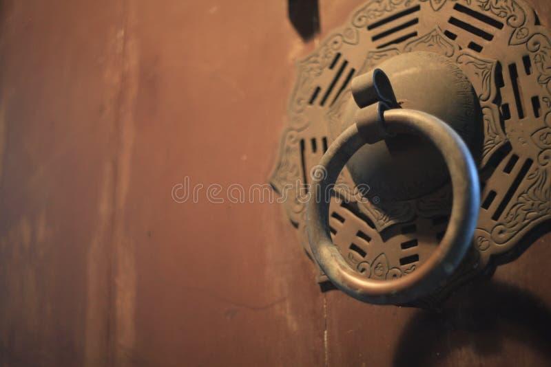 Textura de madera resistida en puerta vieja con el tirador hermoso oxidado imagen de archivo