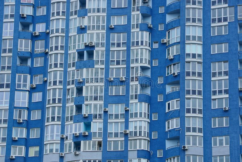 Textura de muchas ventanas en la pared de un edificio alto fotos de archivo