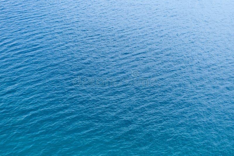 Textura de ondinhas bonitas do mar dos azuis celestes, fundo fotos de stock
