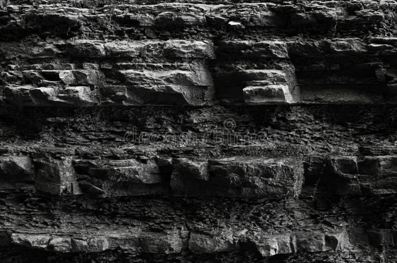 Textura de pedra da parede natural o desfiladeiro desigual da garganta com saliências modela a obscuridade da geologia fotos de stock