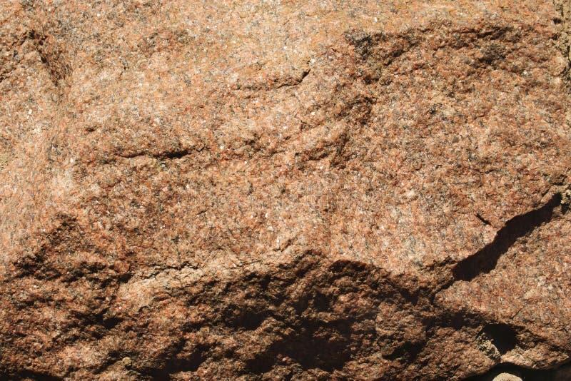 Textura de pedra envelhecida do granito marrom áspero com cavidades foto de stock royalty free