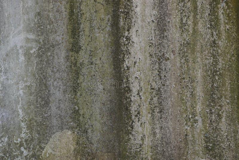 Textura de pedra verde cinzenta da parede velha suja na fundação de uma construção imagens de stock royalty free