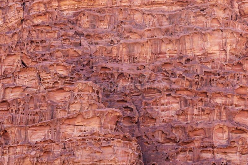 Textura de piedra de fusión, textura de la superficie de la montaña del primer en el desierto de Wadi Rum, Jordania fotografía de archivo