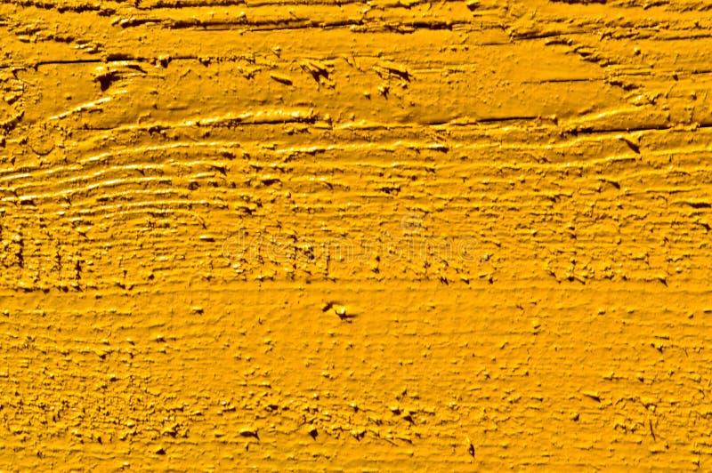 A textura de placas de madeira é amarela com as emendas pintadas horizontalmente com pintura natural O fundo fotografia de stock royalty free