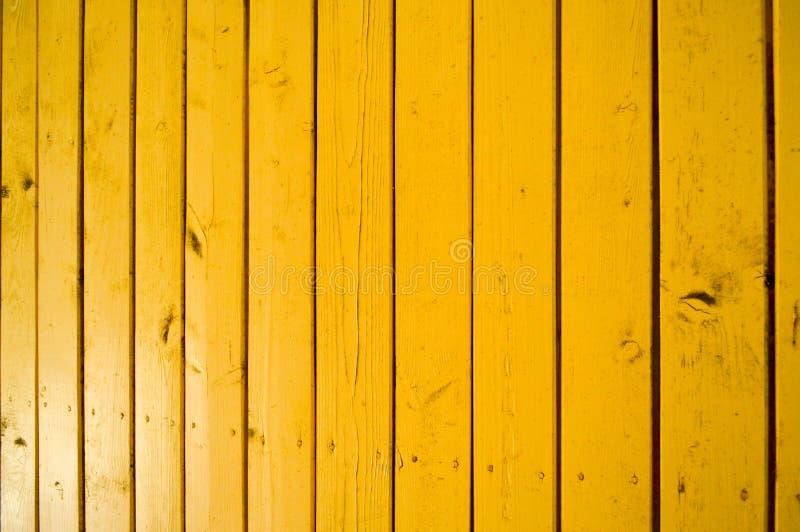 A textura de placas verticais de madeira naturais com pontos pintou a pintura brilhante amarela O fundo fotos de stock