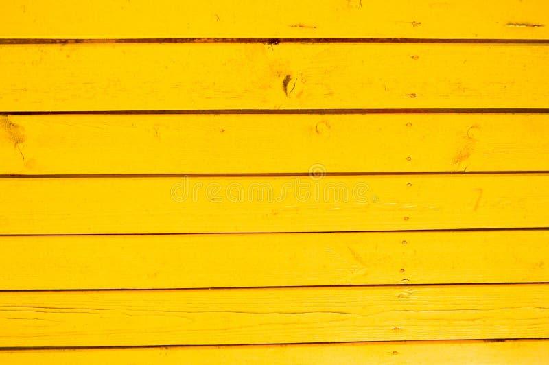 Textura de pranchas de madeira horizontais de natural com as emendas pintadas com pintura amarela brilhante O fundo fotos de stock royalty free
