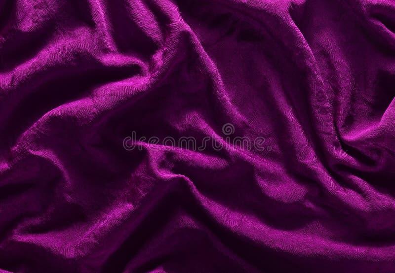 Textura de seda violeta Fundo da tela do enrugamento fotos de stock