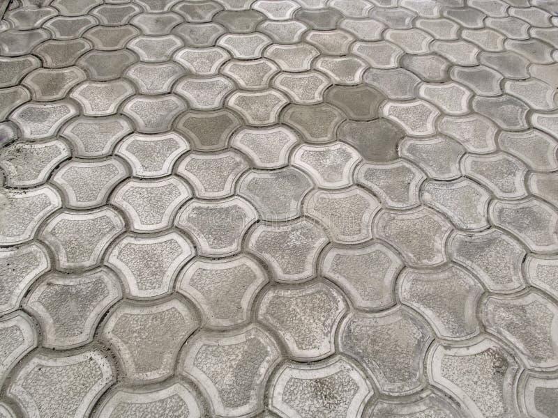 Textura de telhas de pavimentação encaracolados cinzentas novo-colocadas 'biquini ', vista superior Teste padrão abstrato da supe foto de stock royalty free