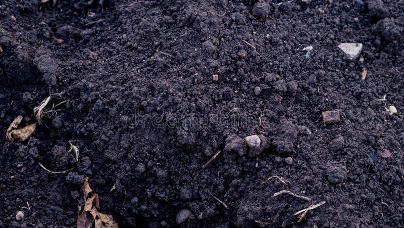 Textura de tierra Vista superior de una superficie de tierra oscura Ciérrese encima de la vista macra de la suciedad y de las pie foto de archivo libre de regalías