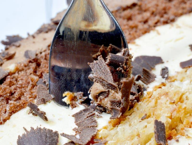 A textura de um bolo de chocolate, bifurca-se e desintegra-se perto acima da imagem imagem de stock