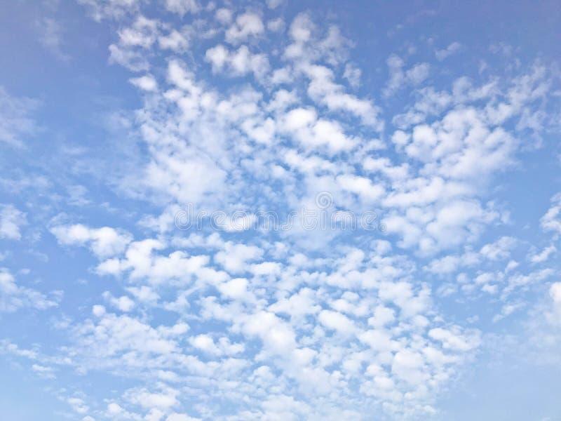A textura de um bonito ilumina - o céu azul com as nuvens pequenas brancas O fundo imagens de stock
