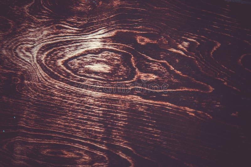 Textura de um corte marrom de uma ?rvore com um n? do envernizado Fim do fundo do vintage acima imagens de stock royalty free