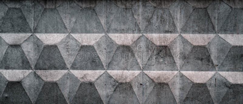 A textura de uma cerca concreta velha leve com arrasta e racha-se Papel de parede para o projeto fotos de stock royalty free